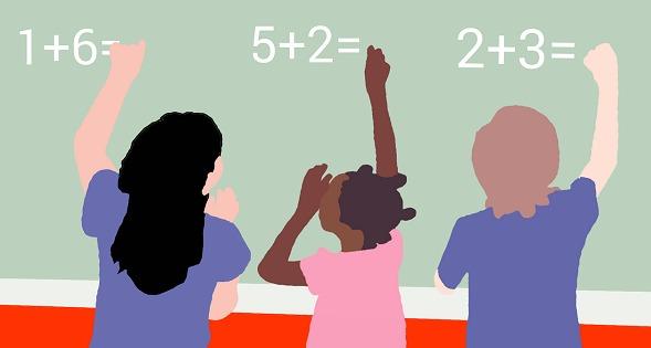 Niños resolviendo problemas de cálculo en una pizarra